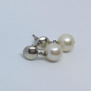Pendientes chatos y perlas