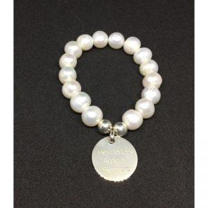 Pulsera de perlas de cultivo de agua dulce con medalla de plata.